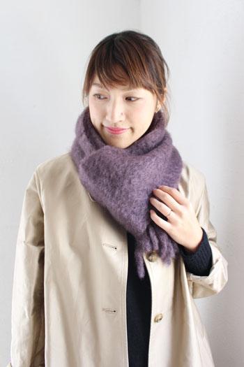 ダークトーンになりがちな秋冬ファッションは、鮮やかなカラーを差し色に。